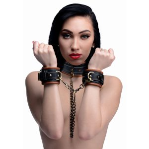 Lock up your slave in this attractive and unique collar to wrist restraint set. This three-in-one bondage gear contains a luxurious vegan-friendly collar with three D-rings