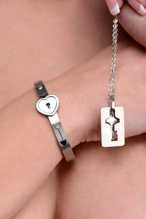 Adorn yourself and your partner with a constant reminder of the surrender and commitment within your relationship. The attractive and subtle design of this petite
