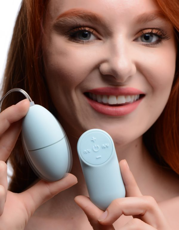 A little light blue pleasure just for you! This remote controlled egg buzzes your sensitive bits with 4 speeds and 7 patterns of vibration - perfect for use during sex or solo play. Made with premium